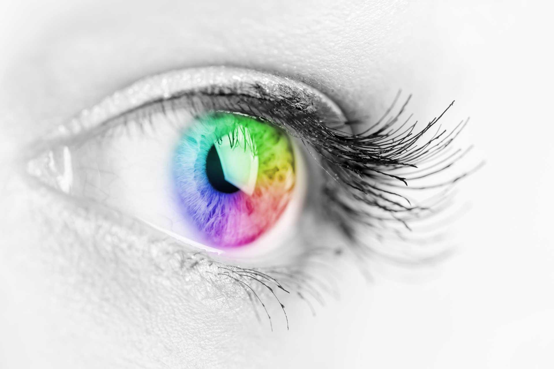 Alerta clínica per complicacions greus en els implants de lents intraoculars per al canvi de color d'ulls