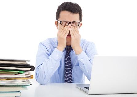 Hombre con fatiga ocular por las pantallas de ordenador