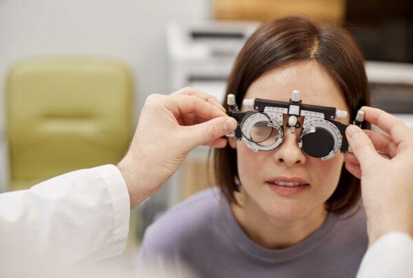 chica usando las gafas