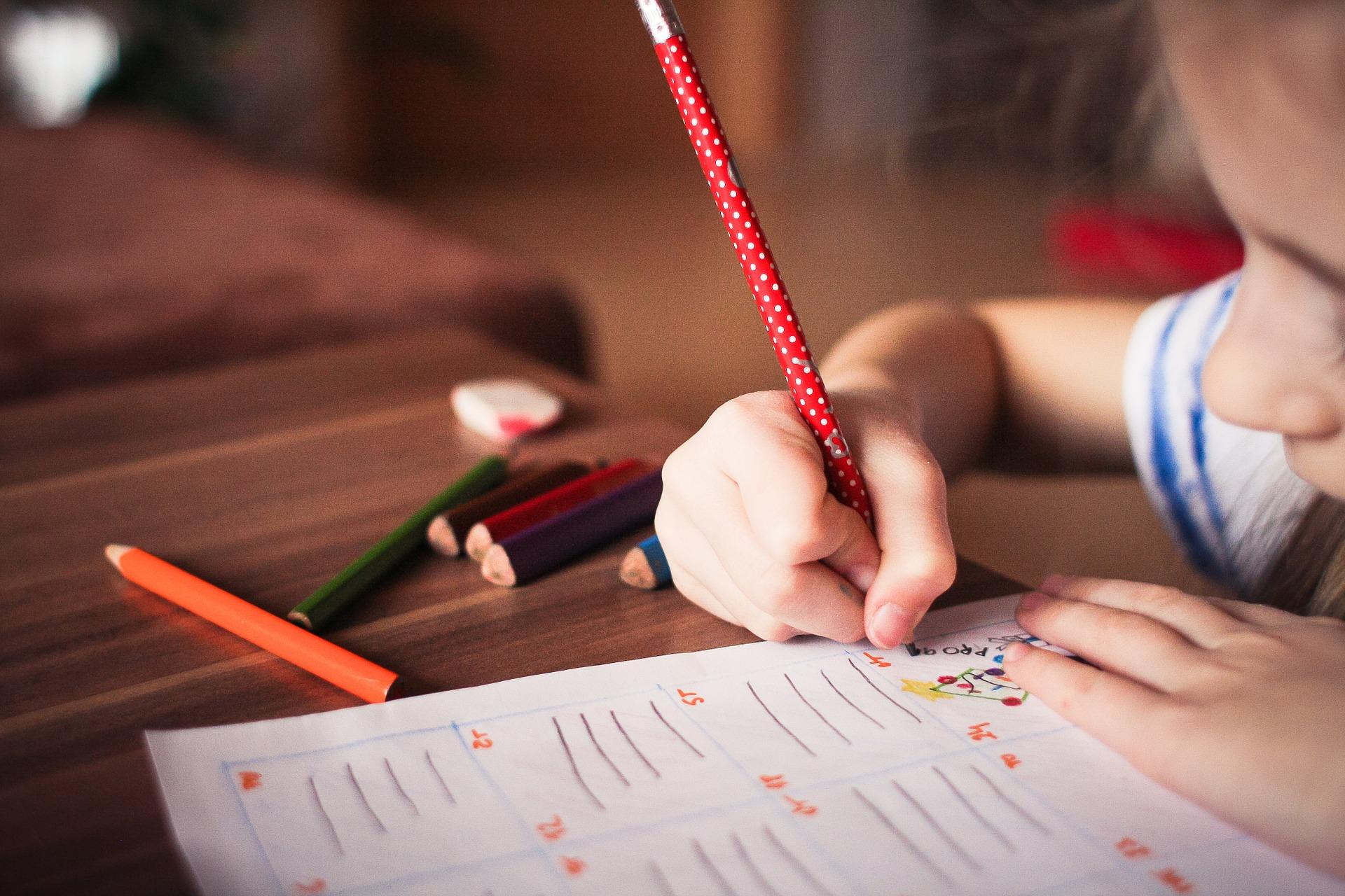 Per què és important la forma de subjectar el llapis a l'escriure?